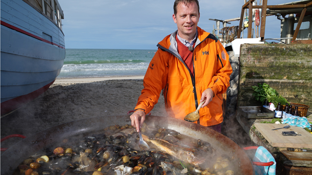 In Denmark, host Andreas Viestad brews a perfect fish stew from freshly caught fish and mussels.